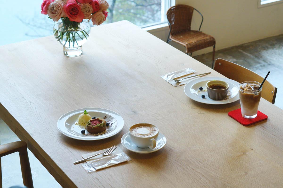 テーブルにカフェとスイーツ