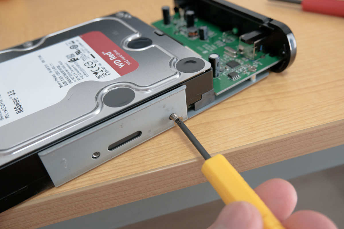 HDD側面のねじを止めて固定する