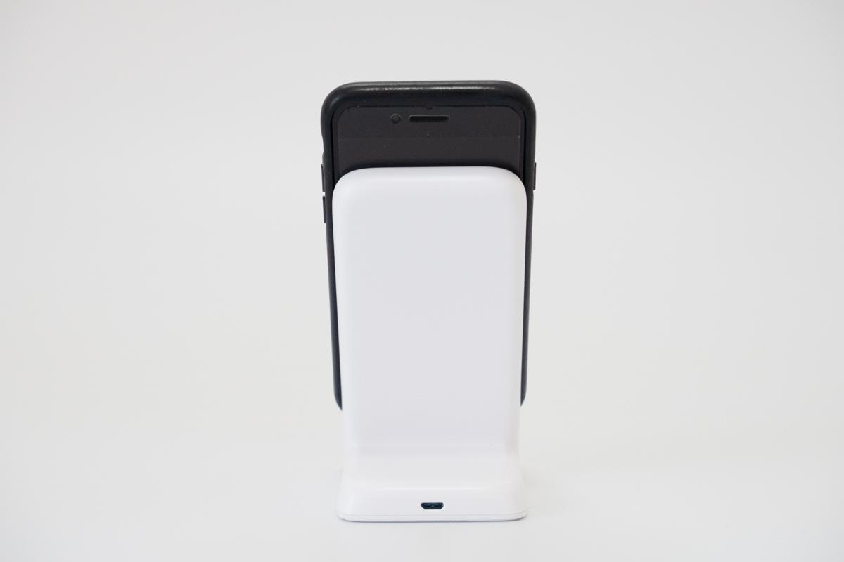 iPhone8を置いたAnkerワイヤレス充電器の背面