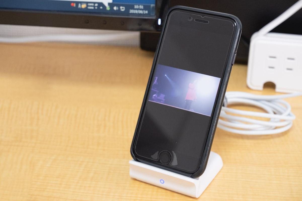 Ankerワイヤレス充電器にiPhone8を置いて動画視聴