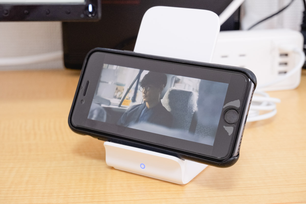Ankerワイヤレス充電器にiPhone8を横にして動画視聴