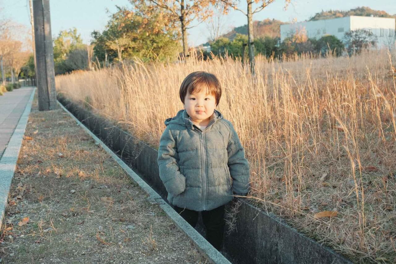 溝を歩くけどかわいい子供